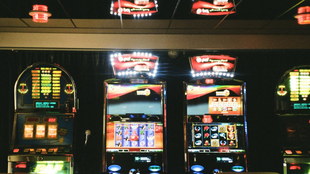 Pictures of real world slot machines to represent online slot machines
