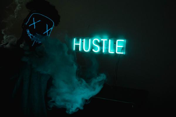 """Gambar latar belakang gelap dan misterius dengan tanda luminescent hijau mint yang mengatakan """"mendorong dengan cepat"""" dan kepulan asap/kabut hijau bercahaya."""