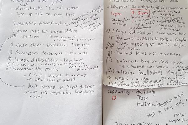 Sebuah gambar dari dua catatan saya yang saya gunakan untuk menulis artikel.  Mereka berantakan dan ada tulisan di mana-mana.