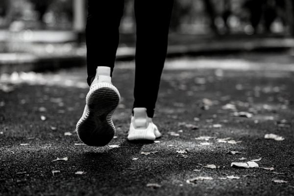 Foto hitam putih hanya kaki seorang pelari