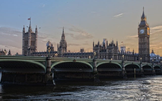 Ulasan Kerajaan Inggris untuk Melarang Penawaran Sponsor Kaos